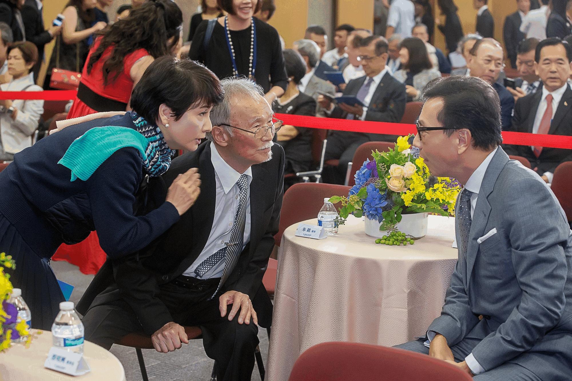 (左)葉樹姍小姐.(中)得獎人-朱銘老師.  (右)蔡明忠董事長