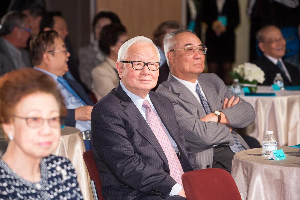 蔡萬才台灣貢獻獎委員(左)張忠謀董事長 (右)吳豐山理事長