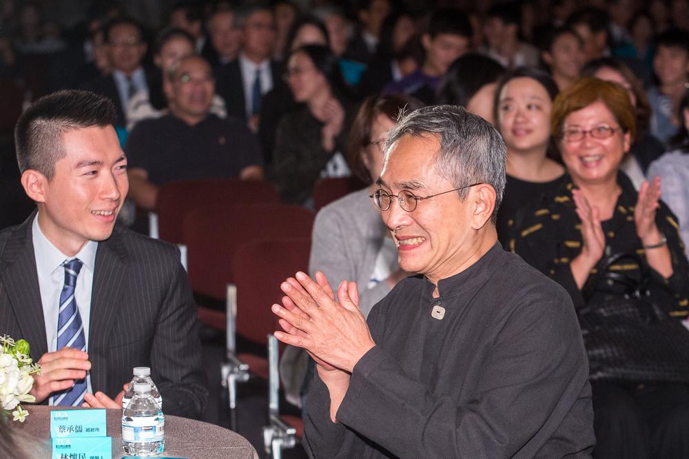 (左)富邦育樂蔡承儒總經理.(右)得獎人 雲門舞集創辦人林懷民