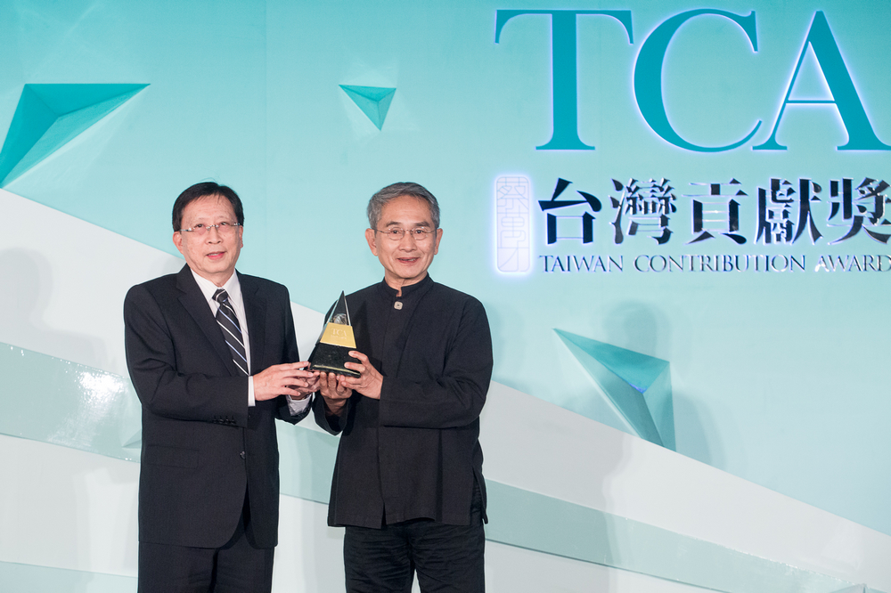 (左)頒獎人-中華文化總會會長劉兆玄  (右)得獎人-雲門舞集創辦人林懷民