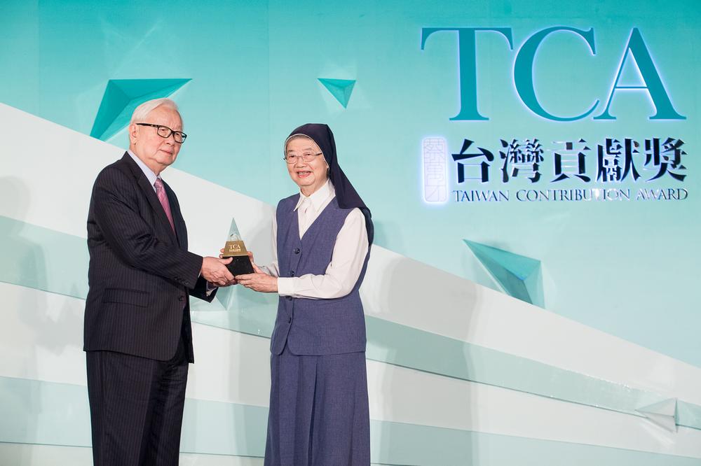 (左)頒獎人-張忠謀董事長 (右)得獎人-善牧基金會湯靜蓮修女