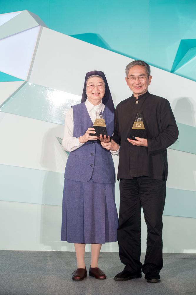 2位得獎人合影 (左)善牧基金會修女湯靜蓮(右)雲門舞集創辦人林懷民