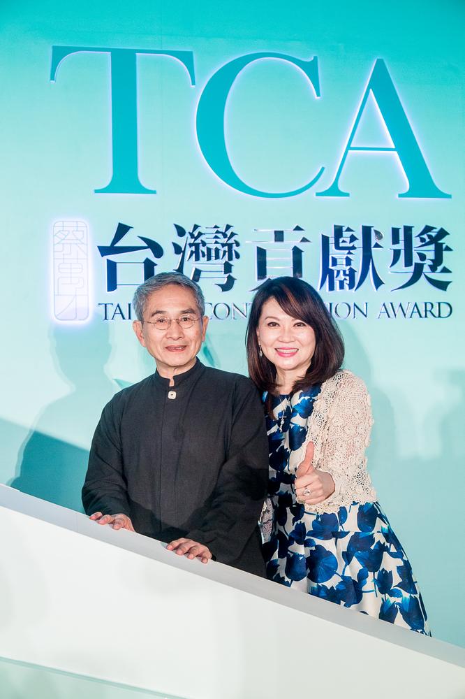 (右)富邦藝術基金會執行長蔡翁美慧 (左)得獎人雲門舞集創辦人林懷民